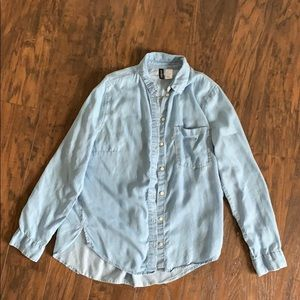 H&M DIVIDED light denim button down shirt